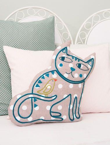 besticktes Kissen mit Katzenmotiv