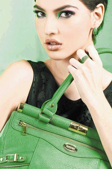 ¡Hágase notar con elegancia! Le presentamos una selección de productos de lujo: zapatos, carteras, joyas y accesorios cuyos materiales y diseños marcarán la diferencia en su look. Si quiere más información, dé clic en la imagen.