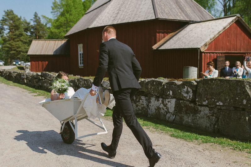 Instead of a wedding car a wheel barrow exit for a rustic farm inspired wedding. Bondbröllop med skottkärra istället för bröllopsbild. Unik personlig bröllopside för rustik bondbröllopJulia Lillqvist | Ninni and Einar | Kimito bröllopsfotograf | http://julialillqvist.com