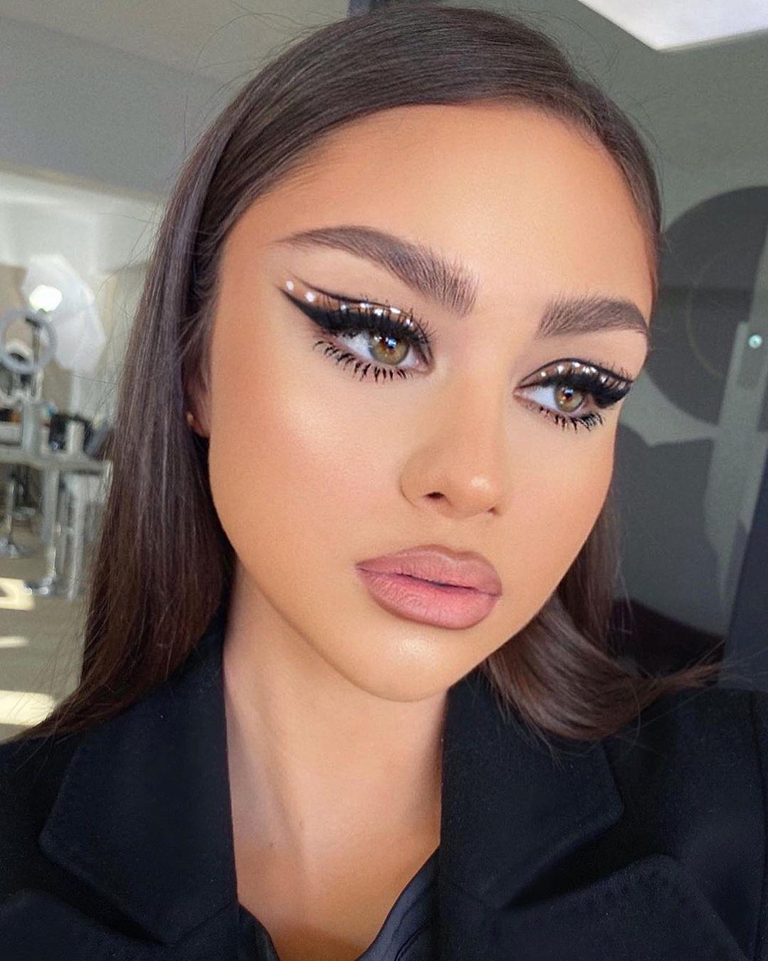 "𝐋𝐨𝐫𝐫𝐚𝐢𝐧𝐞 on Instagram ""Eyeliner & dots ⚪️ on beauty"