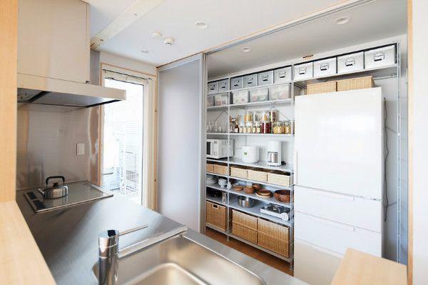 無印良品 木の家 のモデルルームを見たときにキッチン収納部分がとても気に入りました 収納棚や造作物を付けないでスペースとして確保しておいて扉で隠すという これ リビング キッチン 無印良品の家 キッチン キッチンデザイン