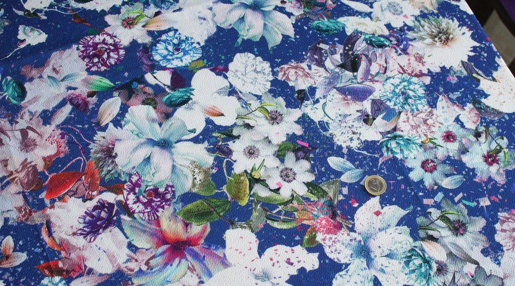 Coupon tissu jersey milano polyester gaufré souple fond bleu à motif floral *** 75 centimètres *** rfs6722