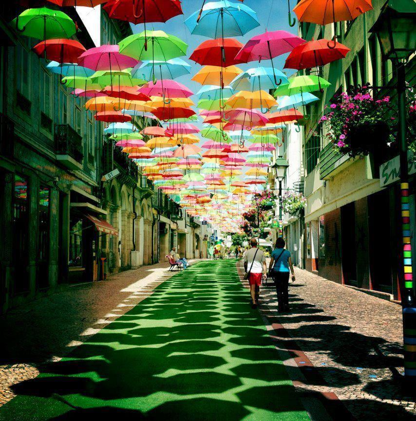'Quando non c'è colore non c'è vita'    Ombrelli estivi in Agueda, Portogallo. Foto di Patricia Almeida