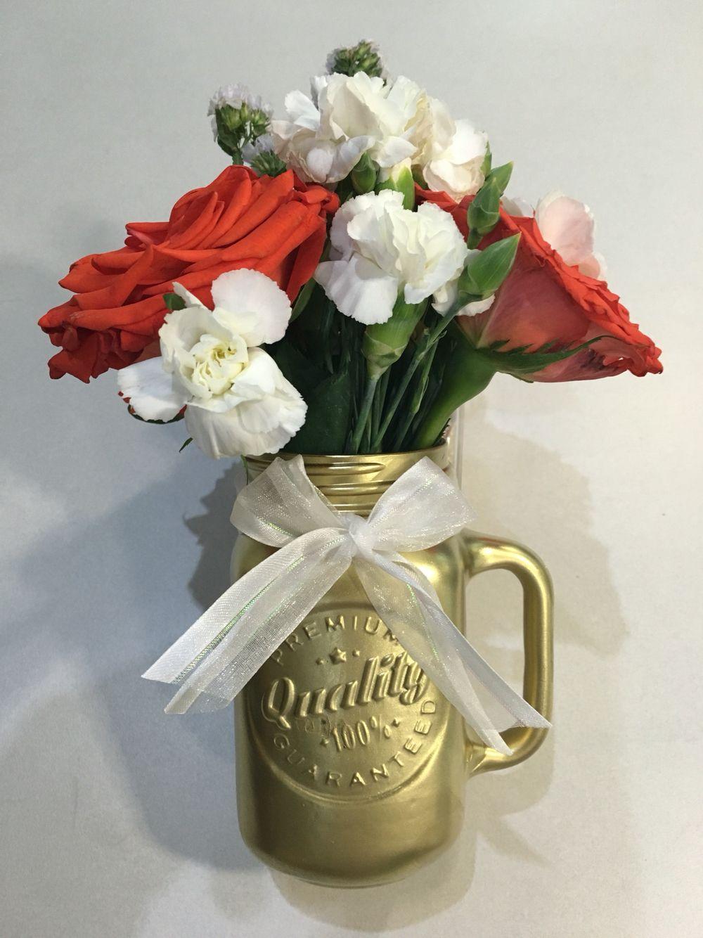 centro de mesa con flores naturales dorado