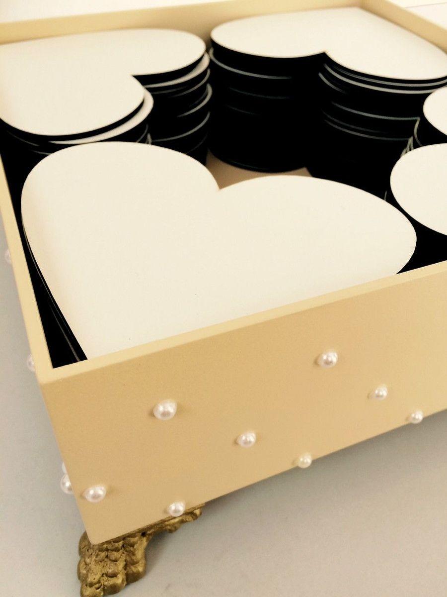 Uma forma diferente de registrar quem esteve presente no grande dia! Uma caixa, com pés torneados, decorada com as cores que você desejar, e dentro vários corações para que os convidados possam fazer felicitações ou fornecer conselhos aos noivos, desde já.    Já pensou, depois de alguns anos, pod...