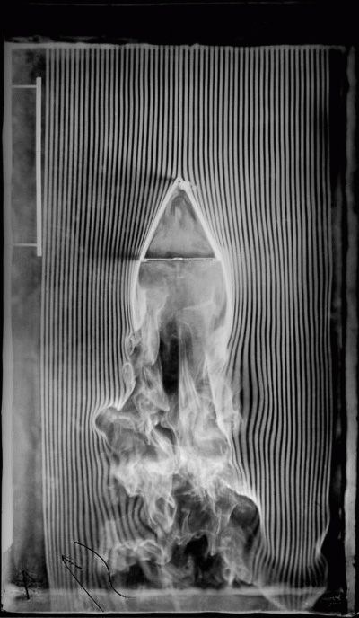 Prisme triangulaire présentant au courant ses arrêtes, quatrième et dernière version de la machine à fumée, équipée de 57 canaux - 1901