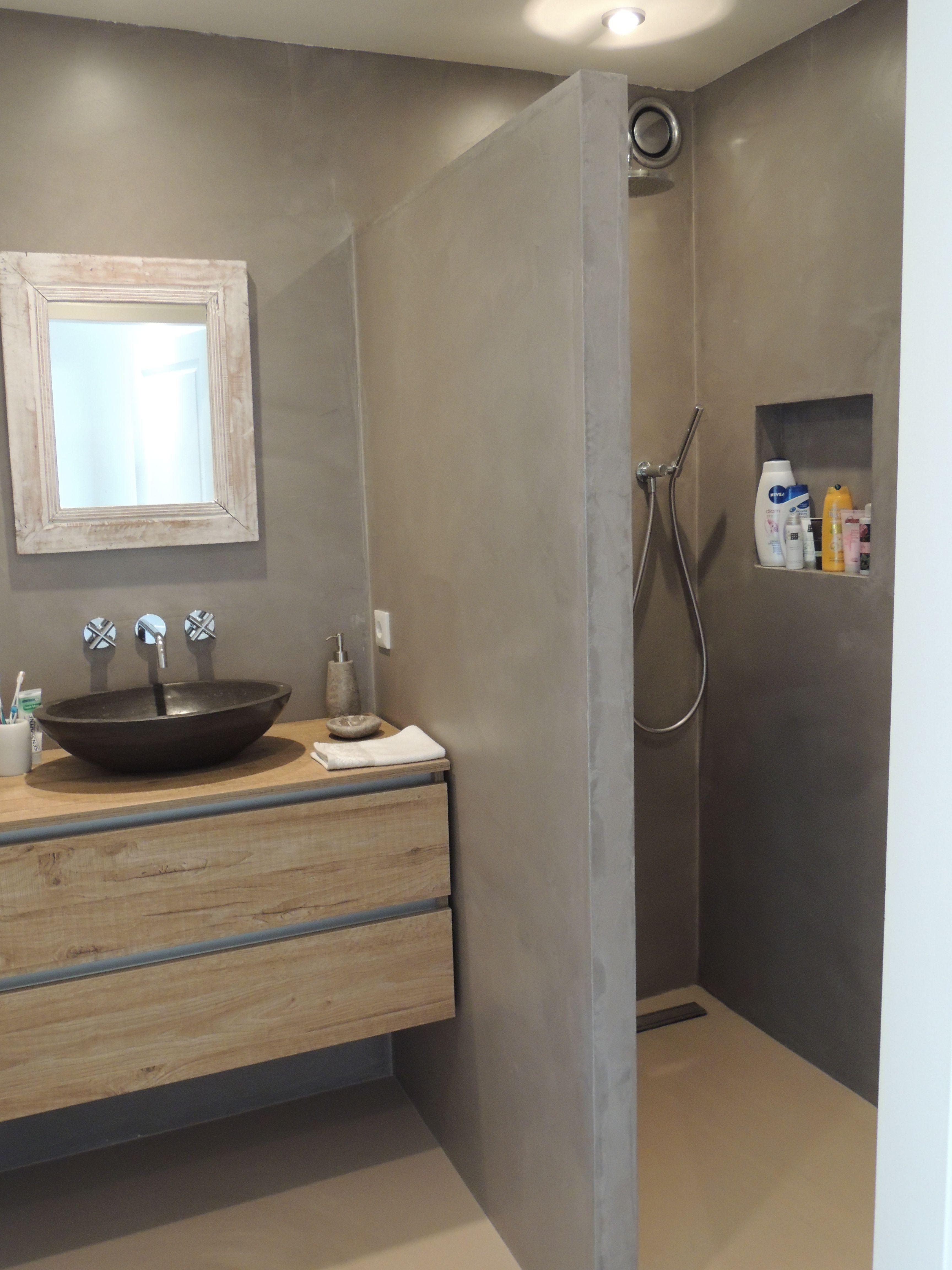 Een badkamer met een DesignGietvloer en de wanden zijn afgewerkt met ...