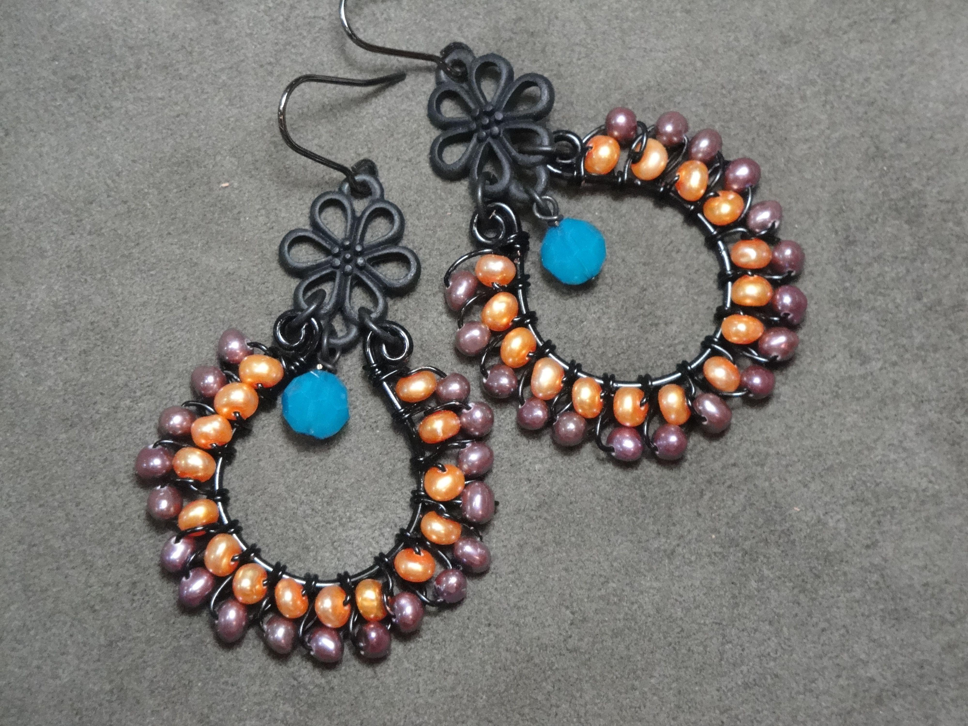 淡水真珠染めとガラスビーズのワイヤー編みピアス