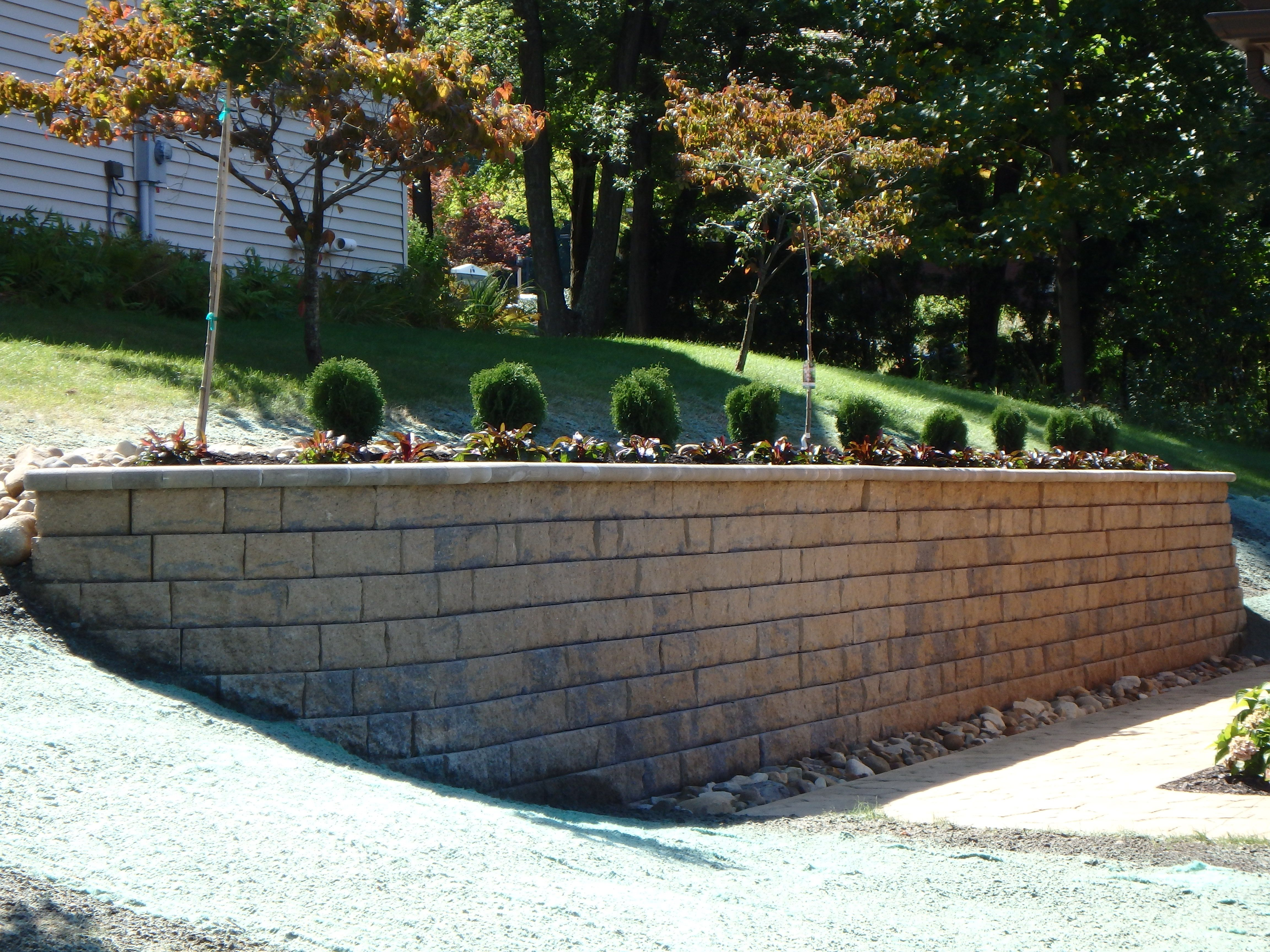 Retaining Wall With Simple Landscaping Belgard Celtic Wall