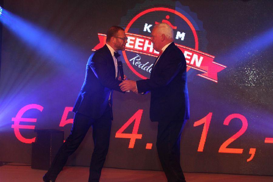 Opbrengst Reddersgala 2015 werd door Stephan Stokkermans van Huis ter Duin symbolisch overhandigd aan KNRM voorzitter Cees van Duyvendijk
