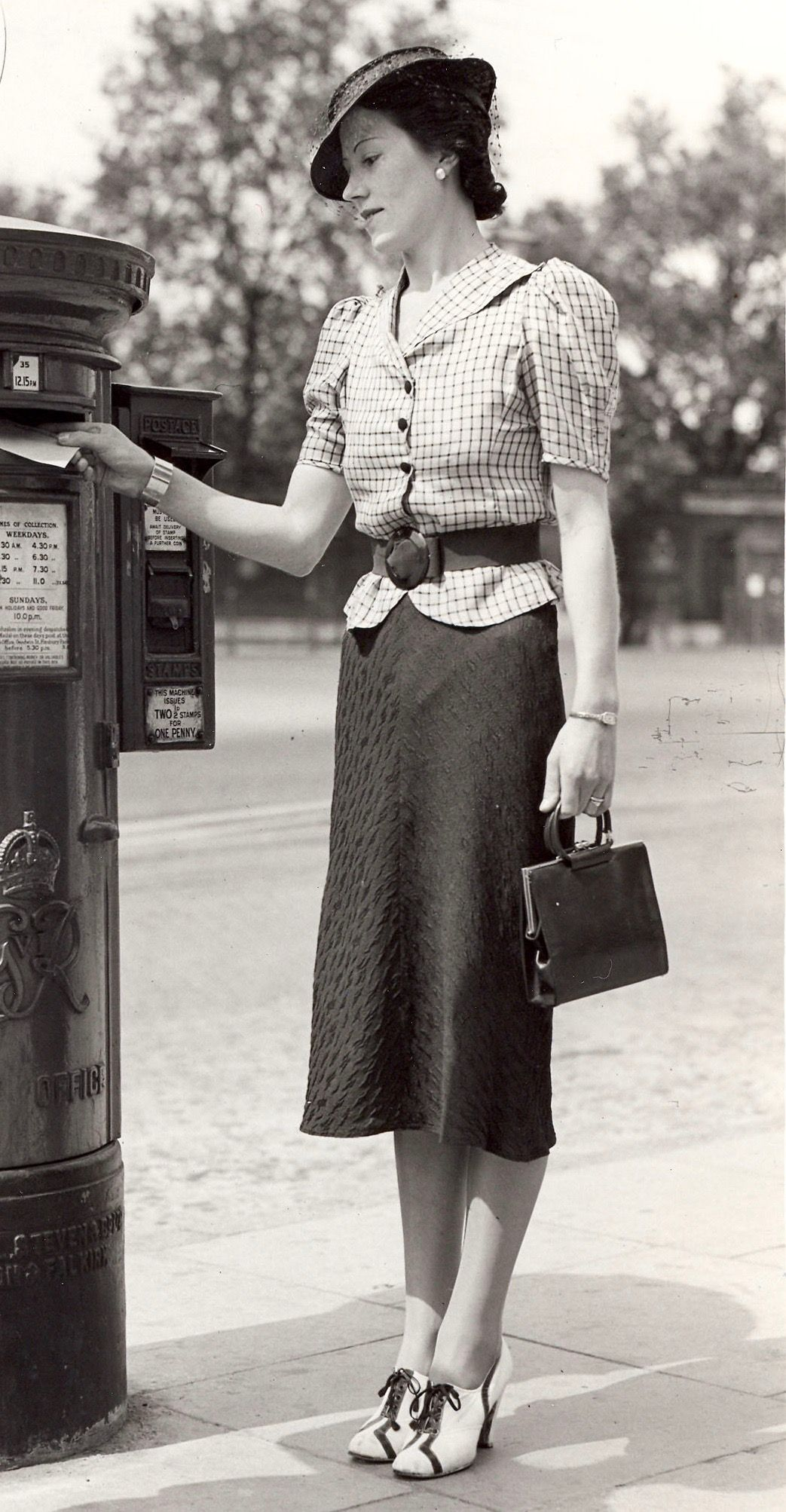 1930s. The outfit is so so but her shoes are fabulous!  1a1f46bd7562