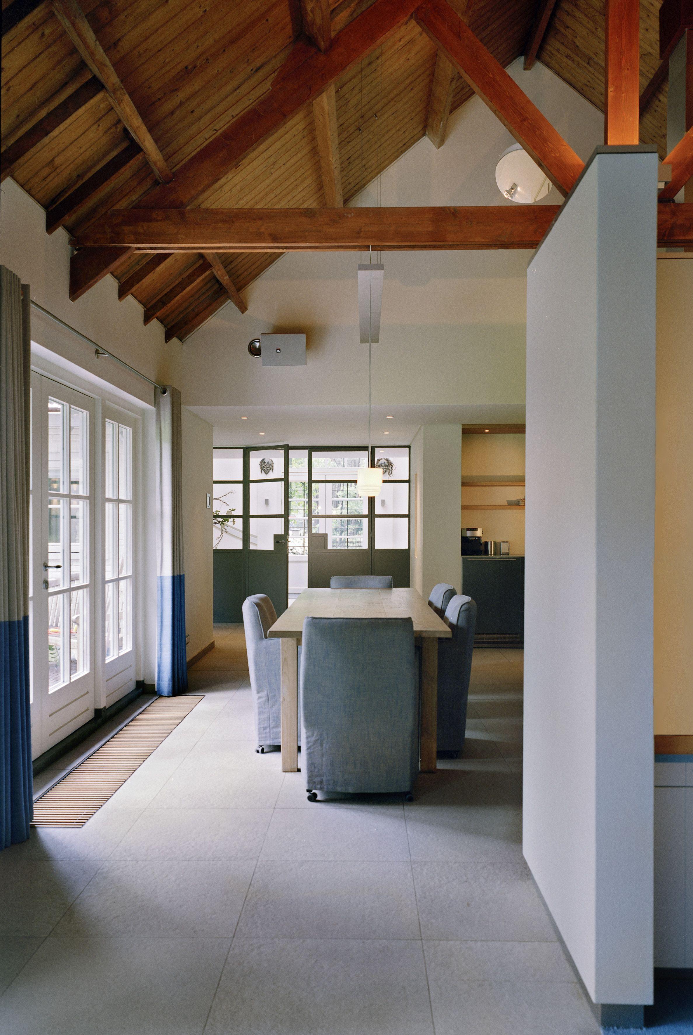 Woonhuis bos duin beton tegels spanten dak constructie stucwerk - Kamer buffet heeft houten eet ...