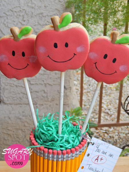Usando artículos de la tienda de 99 cents creamos este lindo Bouquet de Manzanas Felices <3 Ideal para el dia del Maestro. Este tutorial original de SugarySpot te muestra desde como hornear las galletas en forma de manzana, hasta como decorarlas y los materiales necesarios para la  base <3