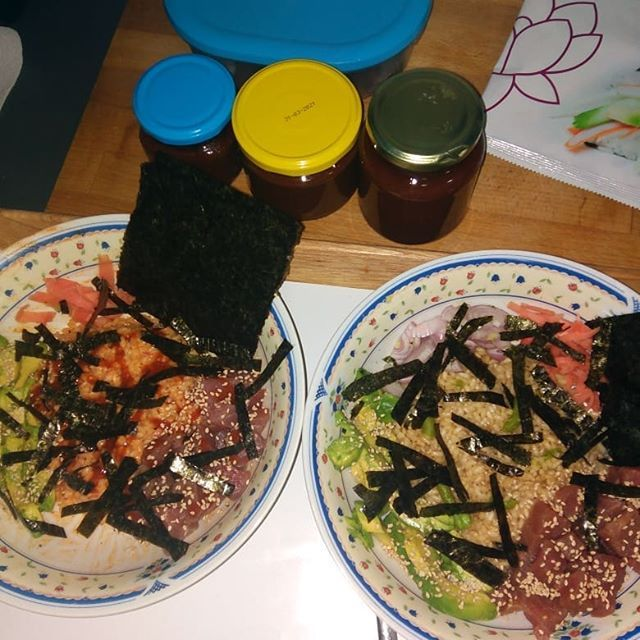 - Poke bowl with Sriracha-mayo-sesame oil, rice, avocado, nori, ginger, finely diced shallots and tuna. - Same as above but with soy-ponzu sauce and wasabi (+ Shallots only sliced).
