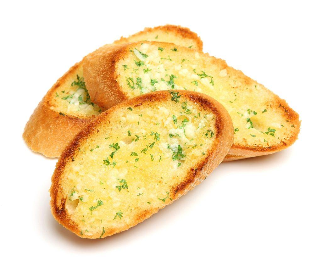 El pan de ajo consiste típicamente en pan cubierto con ajo y aceite de oliva (preferiblemente extra virgen). Se usa a menudo como acompañamiento simple para la pasta y otros platos italianos. Se suele tostar u hornear.