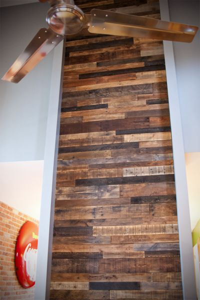R aliser un mur en bois de palette o pinterest home - Faire un mur de photos decoration ...
