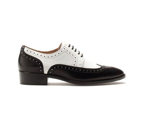 5192c04305 Victoria se ha comprado en las rebajas de Uterqüe unos zapatos blucher  bicolor en blanco y