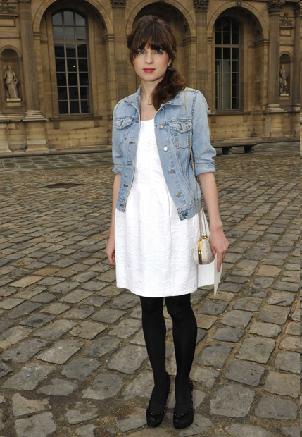 Robe blanche avec veste en jean
