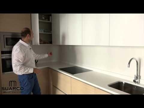 Video cocinas integrales blancas con madera y encimera de silestone - Cocinas Integrales Blancas