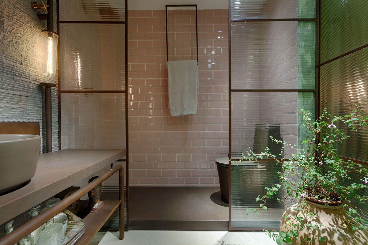 Banheiro com box de esquadrias e vidro canelado super
