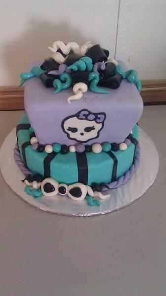 Pretty skull cake