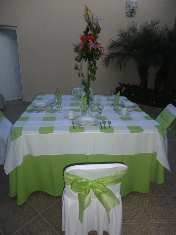 mesa cuadrada con mantel color coral cubremantel con