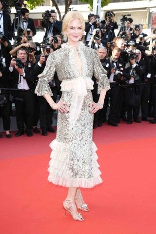 Cannes 2017: Nicole Kidman romantica e fiabesca con un abito di pailette argentate e rouches in tulle di Rodarte sul red carpet del film fuori concorso How To Talk To Girls At Parties.