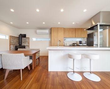 カウンターキッチンに キッチンと横並びに配置したダイニングテーブル