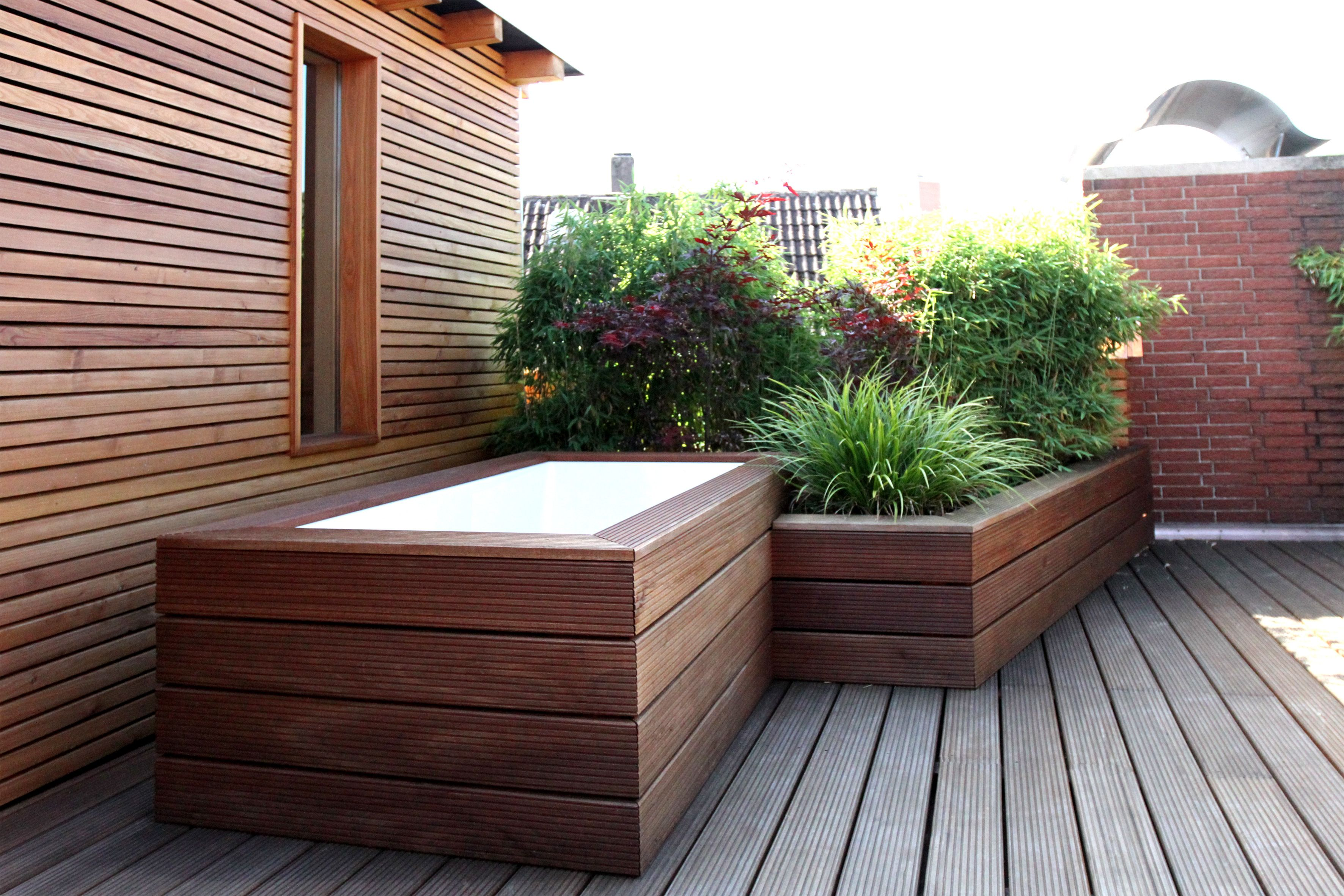 Links neben der Badewanne ist die Sauna untergebracht