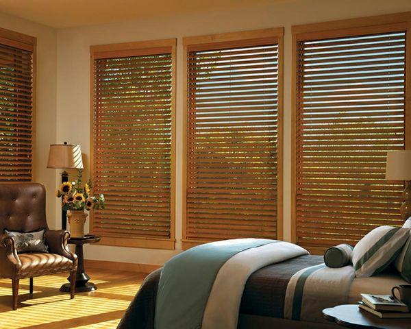 einmaliges-schlafzimmer-mit-jalousien aus holz -und einem sessel - vorhänge im schlafzimmer