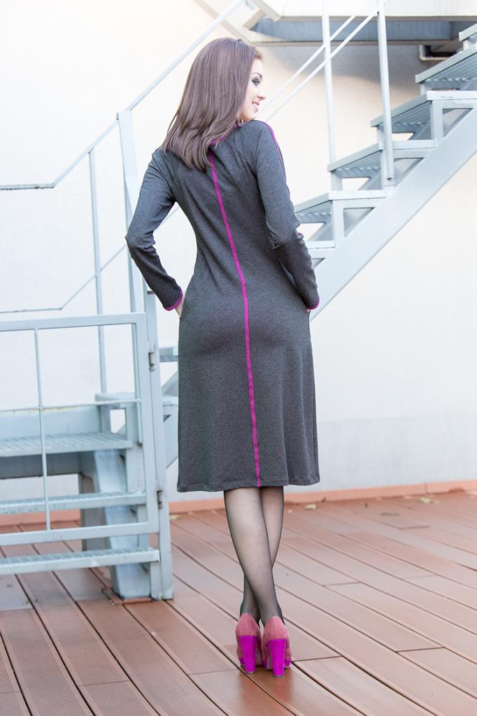 Angelina to fantastyczna dwukolorowa sukienka.Szarość miesza się z kolorem fuksjowym.Pokochasz ją wygodę, kieszenie oraz wysmuklający i uniwersalny krój. Możesz ją nosić z legginsamilub tradycyjnie. Zabawa kolorami oraz eksperymenty są fajne, spróbuj! Sukienka wykonana na bazie modelu Jolie. Modelka ma na sobie sukienkę w rozmiarze 36 B/BB, jej wzrost to 174cm. Skład : 90% Wiskoza 9% Bawełna 1% Elastan Kolor: szary melanż, fuksjaDługość: r.34-36- 93cm  r.38-46- 101cm