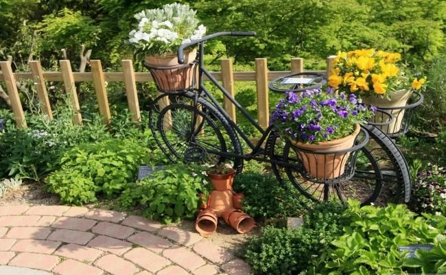 garten ideen altes fahrrad deko tont pfe m nnchen garten inspiration im gr nen pinterest. Black Bedroom Furniture Sets. Home Design Ideas