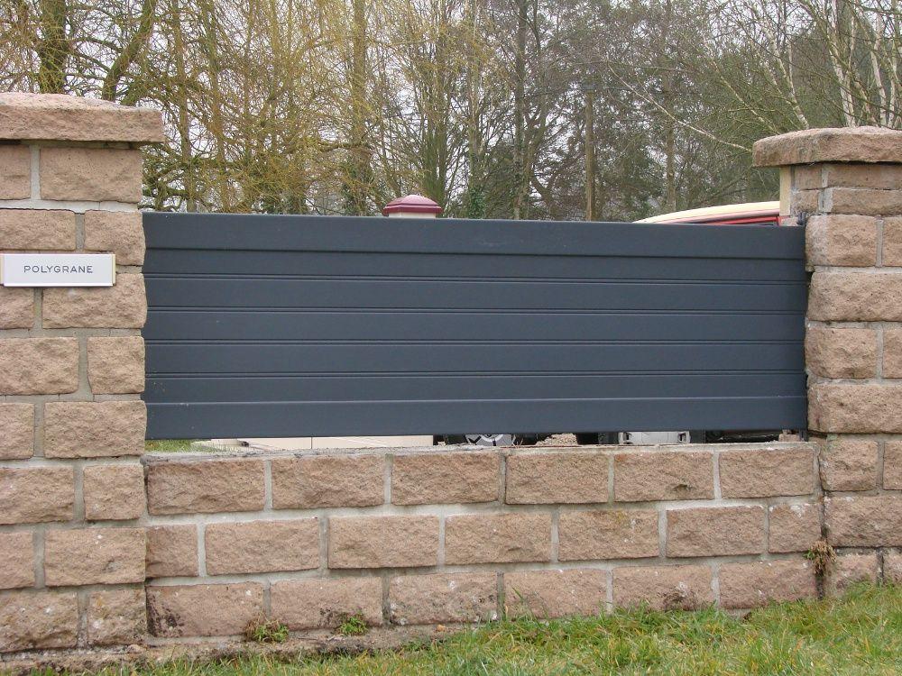 Pose du0027une clôture en aluminium sur muret en pierre, près de