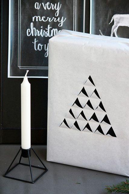 Keep things black and white. Christmas gift wrapping./ Jouluhjan paketointi: Moderni ja elegantti kuusipaketti.