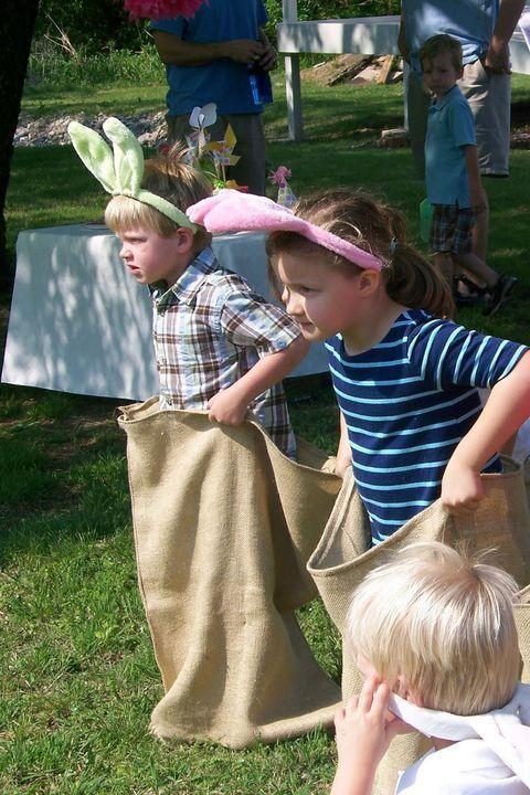 Photo of Das Anlegen von Hasenohren für das Sackhüpfen sieht so aus, als würden junge Kinder …