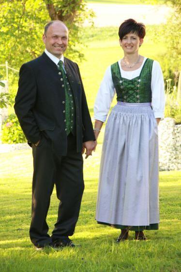 Pregarten: Anlässlich der Zehn-Jahre-Stadtfeier wurde für Pregarten eine Frauen- und Männertracht entworfen. (Bild: Danninger)