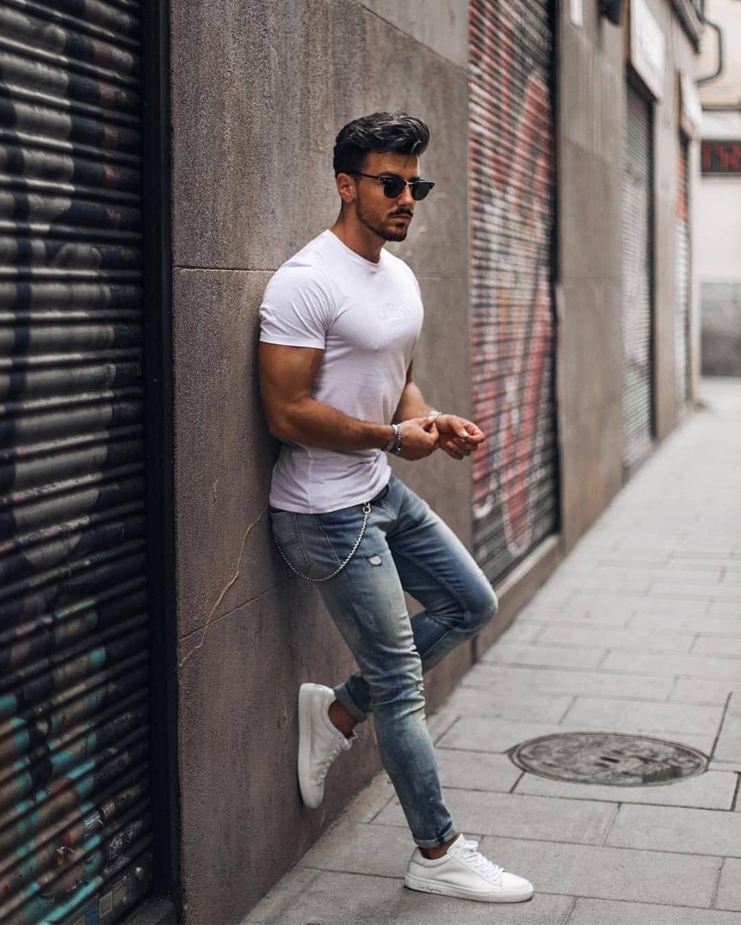 9c8713be850 Look masculino básico para o fim de semana com calça jeans e camiseta branca.  Vejam mais dicas para usar o tênis branco no blog Marco da Moda - Por   ...