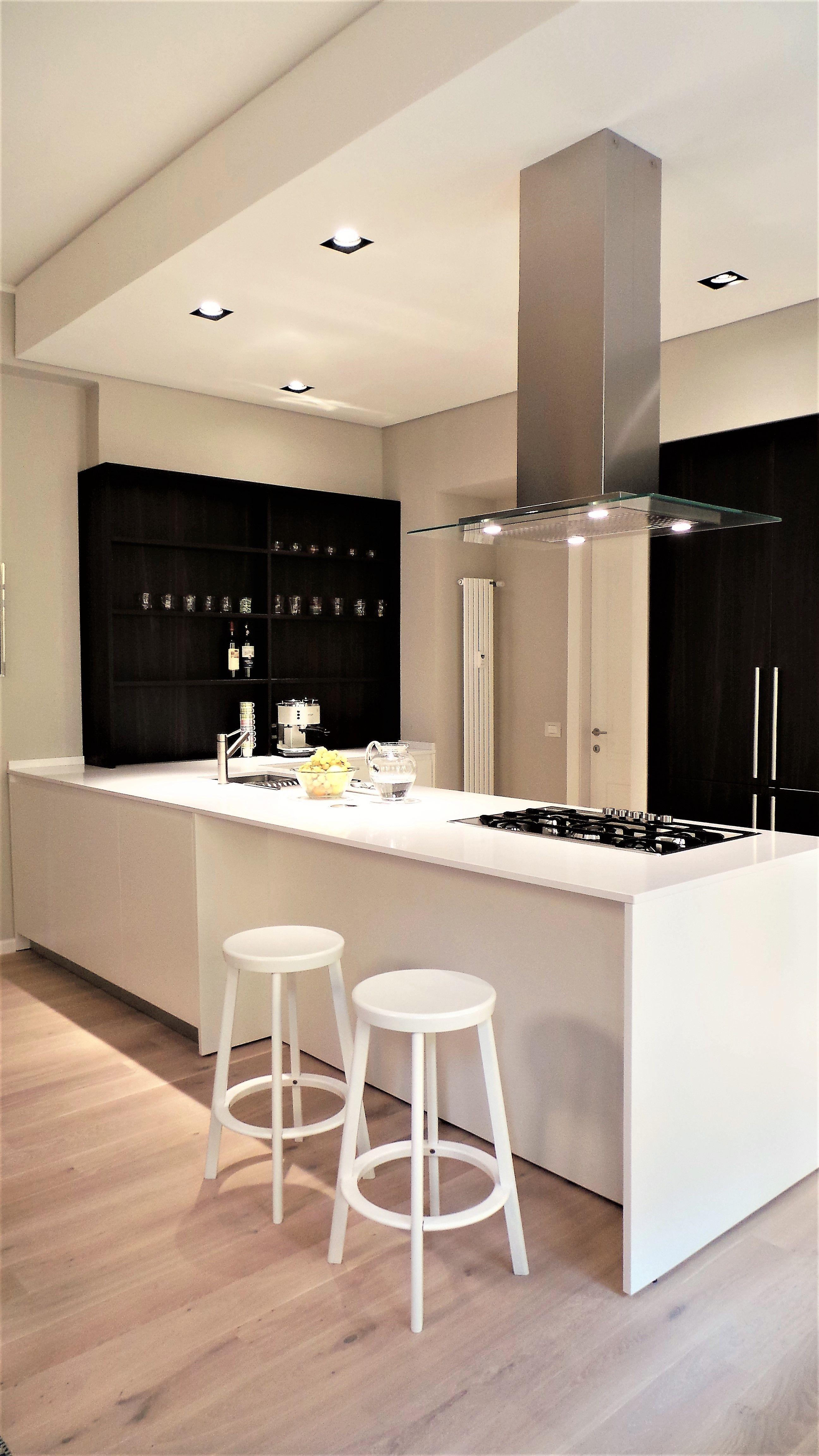 cucina a disegno in laccato bianco opaco e rovere termico | Casa DA ...