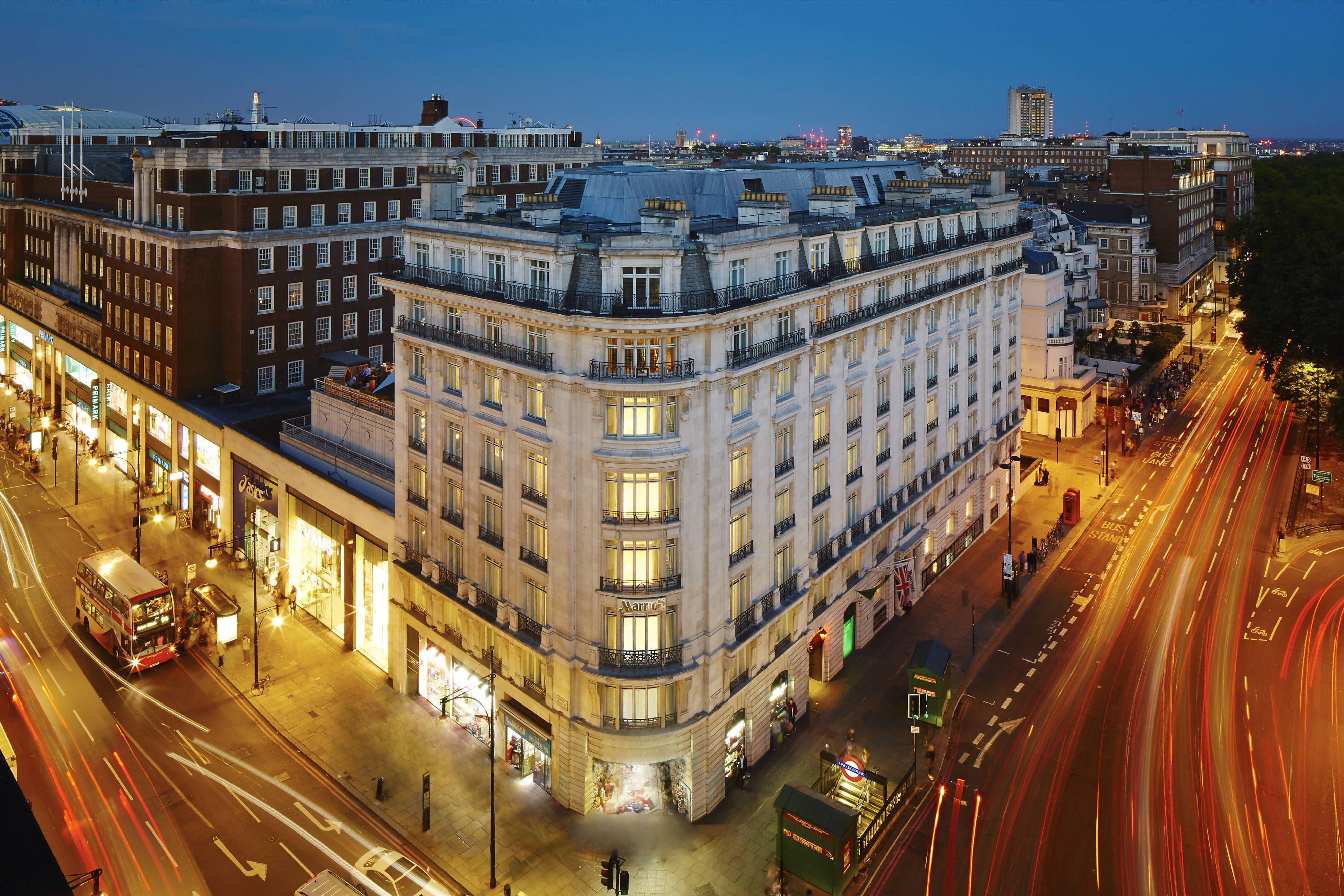 London Marriott Hotel Park Lane Exterior Guest Traveling