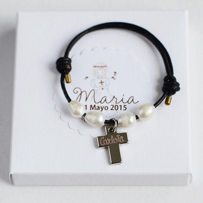 07ee850bcd50 Set de 6 pulseras de cuero con perlas y cruz grabada. Una preciosa idea para  regalar a los invitados de una Comunión. Set de 6 pulseras de cuero con ...
