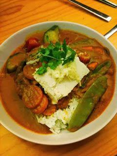 Da es Mittwochs nur Brot gab, zeigt Regina ihr Dienstags-Mittagessen: Tofu mit gelbem Gemüsecurry und Reis