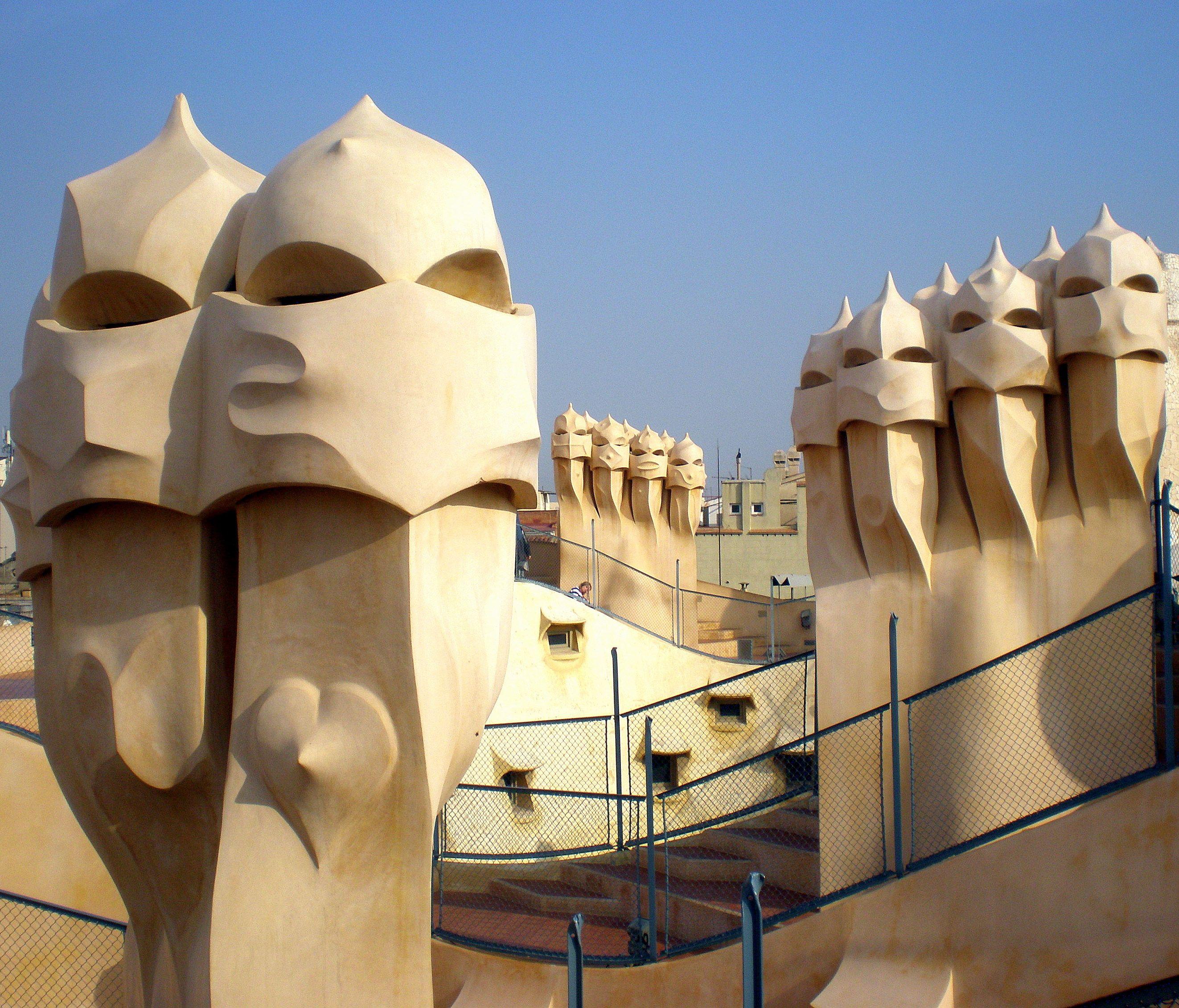 Imagem de http://www.barcelonapoint.com/en/blog/files/2013/04/pedrera-rooftop.jpg.