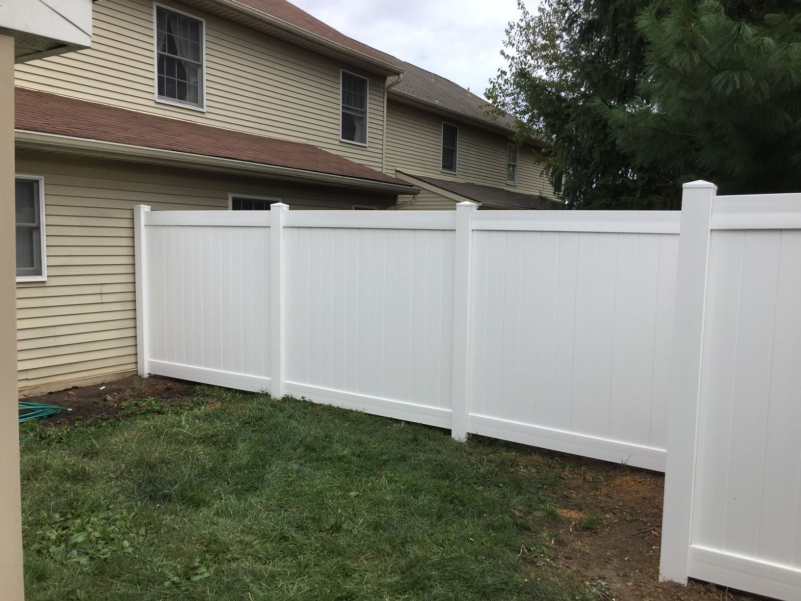 Traditional White Vinyl Privacy Fence Style Oklahoma Installed By Ryan And His Crew From Triborofence Vinylpriv Vinyl Privacy Fence Fence Styles Vinyl Fence