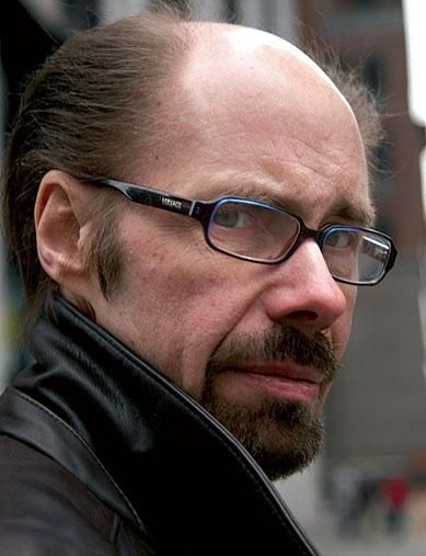 "Jeffery Deaver   Jeffery Deaver (Glen Ellyn, Illinois, 6 maggio 1950) è uno scrittore statunitense.  Scrittore di romanzi Thriller, ha vinto per tre volte l'Ellery Queen Readers Award for Best Short Story of the Year, vinto il British Thumping Good Read Award ed è stato più volte finalista all'Edgar Award. Ha conosciuto il successo internazionale con ""Il collezionista di ossa"", la prima indagine di Lincoln Rhyme e Amelia Sachs, da cui è stato tratto l'omonimo film."