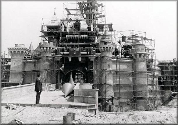Construction du tout premier Disneyland, à Anaheim en Californie. Ouvert en 1955.