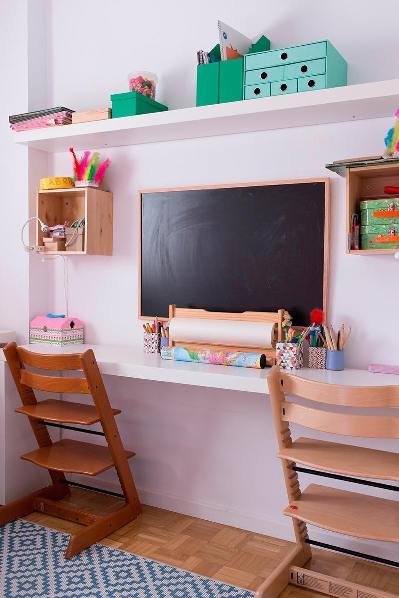 Un dormitorio infantil con zona de estudios