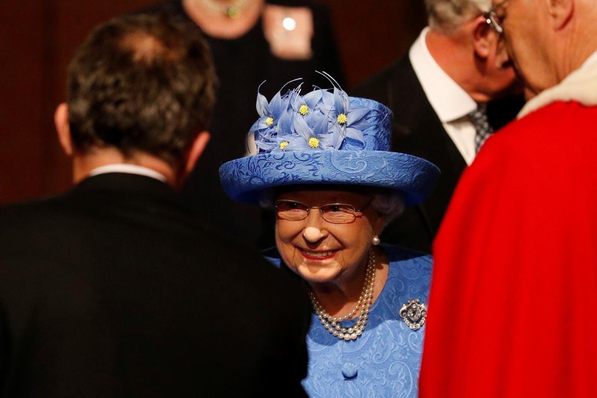 Avec son couvre-chef bleu à détails jaunes, la reine Elizabeth II a-t-elle voulu se rebeller contre le Brexit ? Sur Twitter, les internautes en sont persuadés, et lui tirent... leur chapeau.