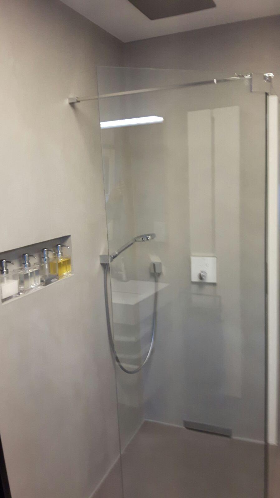 Kera Design Fugenloses Bad In Braunschweig Wandgestaltung Mit Carament Mikrozement Beton Cire Carament Beton Concre Beton Putz Fugenloses Bad Marmorputz
