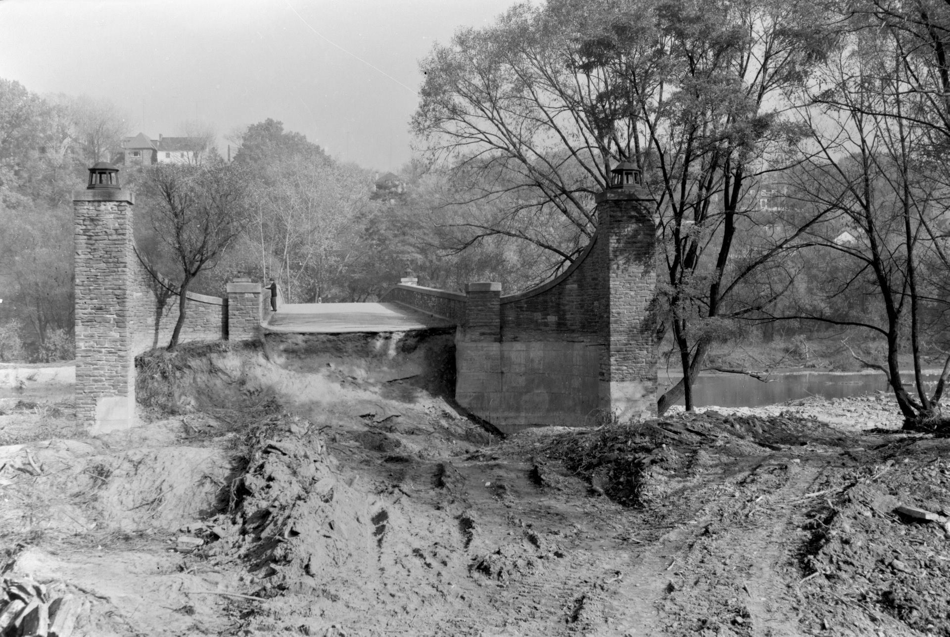 Many bridges were damaged, some were destroyed immediately and some collapsed later. The Hogg's Hollow bridge collapsed In November, for example. Traffic problems continued into the following year, with repairs and new bridge construction aggravating the congestion. The Humber River bridge on the 401 did not open until July, 1955. This image looks east toward the Humber River at Old Mill Road bridge.