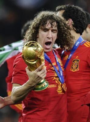 Puyol Entregará El Trofeo De Campeón Del Mundial 2014 Seleccion Española De Futbol Seleccion Española España Futbol